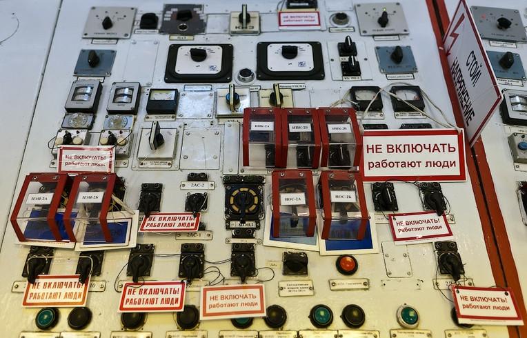 Une console de commande, les panneaux indiquent de ne pas actionner